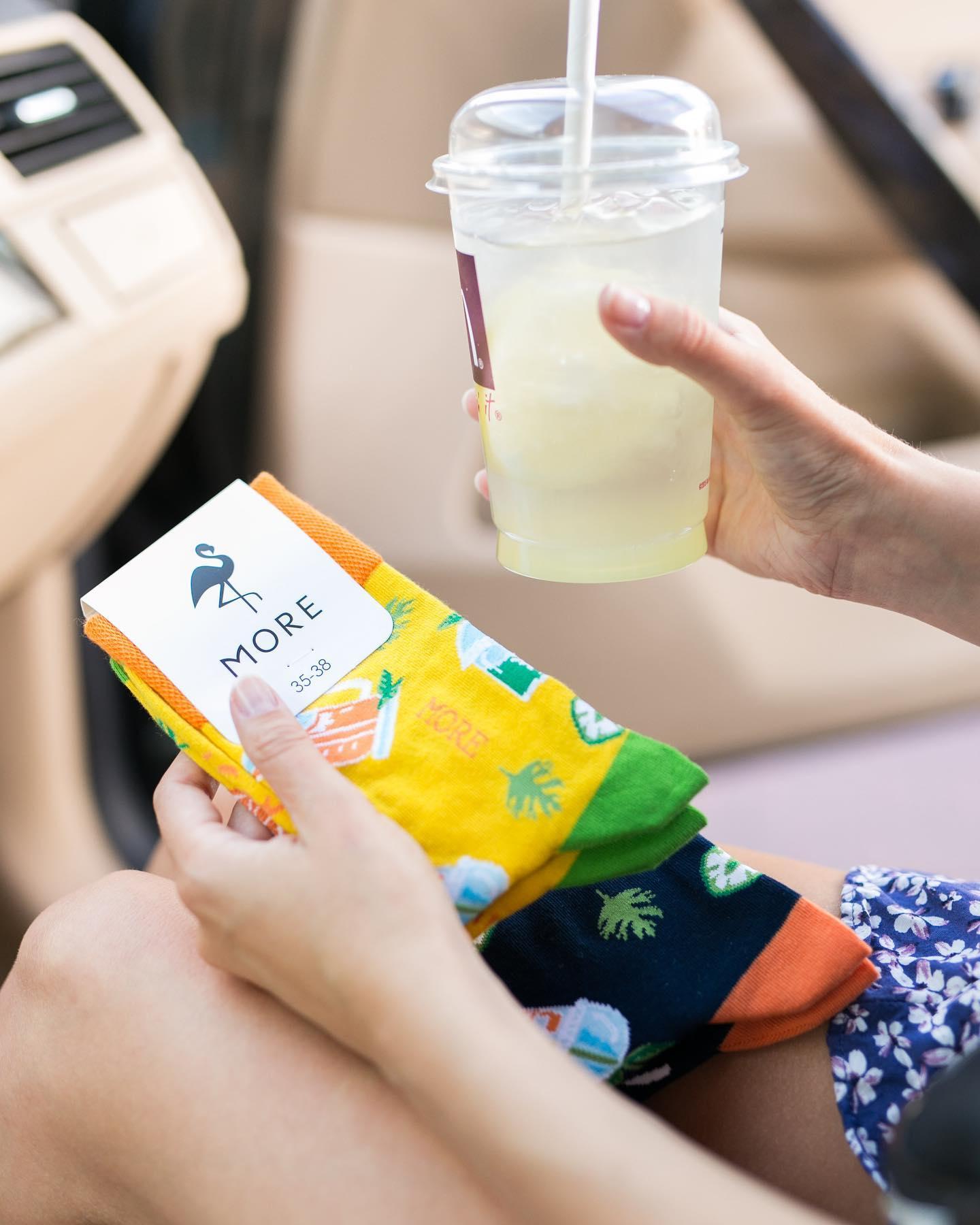 Czerwony, zielony, pomarańczowy czy żółty? Jaki jest Twój ulubiony kolor soku? Jeśli wyciskasz go osobiście i pijesz rankiem (polecamy, samo zdrowie!), proponujemy, by do soku dobrać jeszcze kolor skarpetek🥤 . . . . #socks #socksgirl #moresocks #juice #orange #mornings #poranek #zdrowoikolorowo #koloroweskarpetki #mismatchedsocks #mismatch #niedopary #more #flaming #weekendvibes