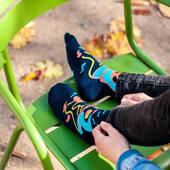 Prawdziwa, kolorowa jesień 🍂 Dobrego poniedziałku! Fot. @teczabart  . . . . #hello #czesc #jesień #autumn #liście #socks #moresocks #cotton #mismatch #mismatchedsocks #helloautumn #october #man #colors #casualstyles