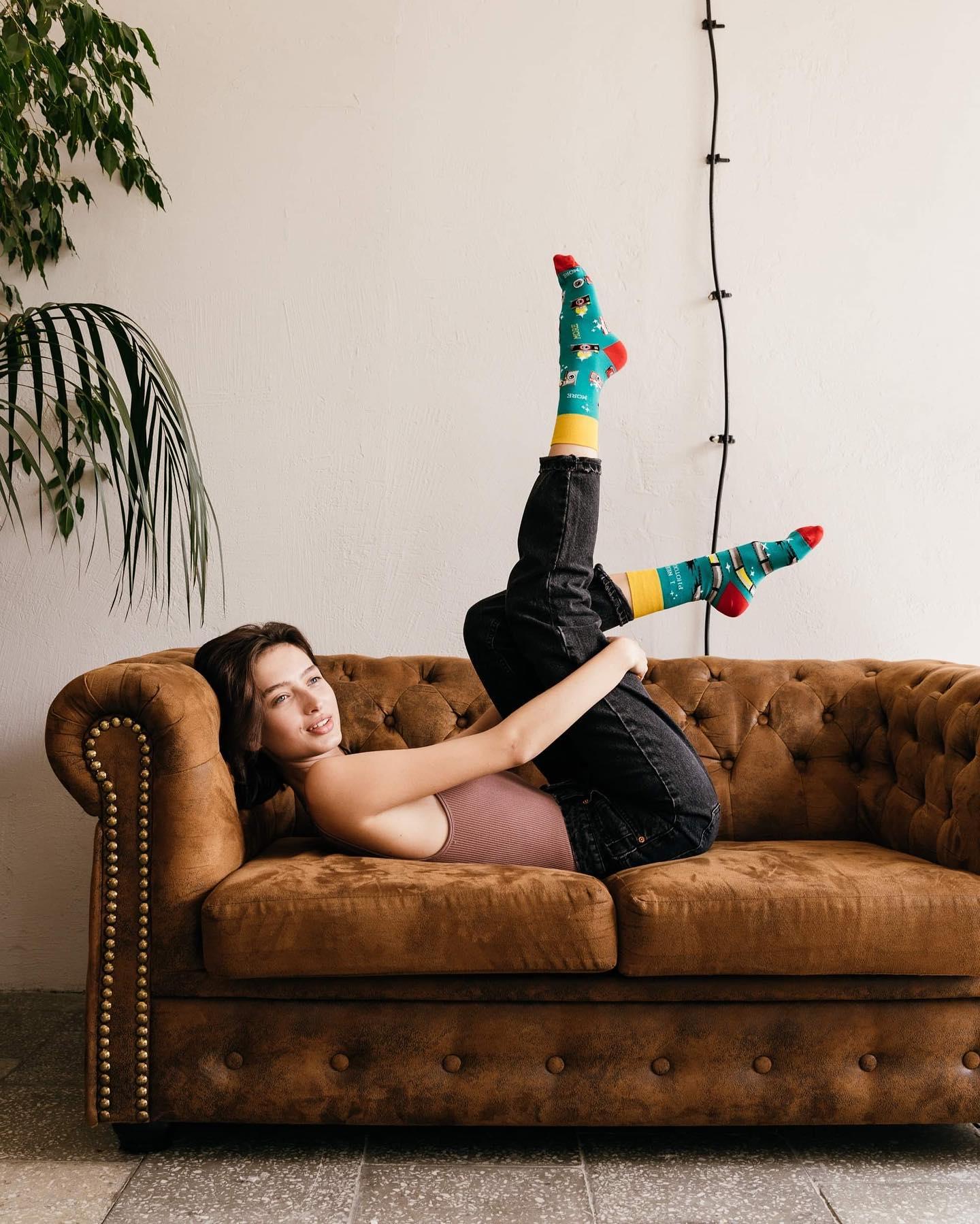 Czy znasz już ten wzór skarpetek? 🙃 . . . . #skarpetki #socks #ilovesocks #more #moresocks #mismatchedsocks #cotton #bawełna #girl #ınstagirl #kanapa #sofa #picoftheday #legs #chill #smile #photographer