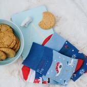 Małe śniadanie (ale pamiętajcie, żeby później zjeść większe) i lecimy z tym poniedziałkiem 🙌🏻 Przed nami cały tydzień, już bez żadnych przerw 🙃 . . . . #hello #poniedziałek #monday #flatlaytoday #skarpetki #moresocks #more #zimoweskarpetki #blue #niebieski #zima #winter #styczeń #cookies #ciasteczka #sniadanie