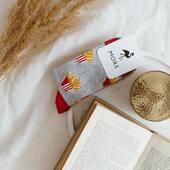 Pracowity poniedziałek? 🙌🏻 Jeśli tak, to nie odmawiaj sobie spokojnego wieczoru z dobrą książką i w wygodnych skarpetkach 🙃 . . . . #hello #evening #monday #poniedziałek #wieczór #skarpetki #moresocks #productdesign #frytki #fries #książka #book #relax #relaxtime #homesweethome #sockslovers #socksgirl