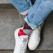 Kolory typowo jesienne, skarpetki dłuższe i wzór ponadczasowy - wygląda na to, że dziś dostosowaliśmy się do pogody za oknem 🙌🏻 . . . . #skarpetki #koloroweskarpetki #moresocks #more #socks #cotton #kratka #jeans #instaboy #casual #casuallook #schody #outside #details #chłopak #buty #dodatki