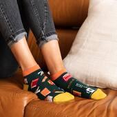 Sobota na kanapie? Tak, ale może dopiero wieczorem! Wygląda na to, że dziś zapowiada się cieplejszy dzień, więc trzeba to wykorzystać 🙌🏻 . . . . #moresocks #more #stopki #skarpetki #koloroweskarpetki #mismatched #mismatchedsocks #anklesocks #shortsocks #stopy #feet #nogi #ilovesocks #sockslovers #girl #weekend #home #sobota #sobotawdomu #books