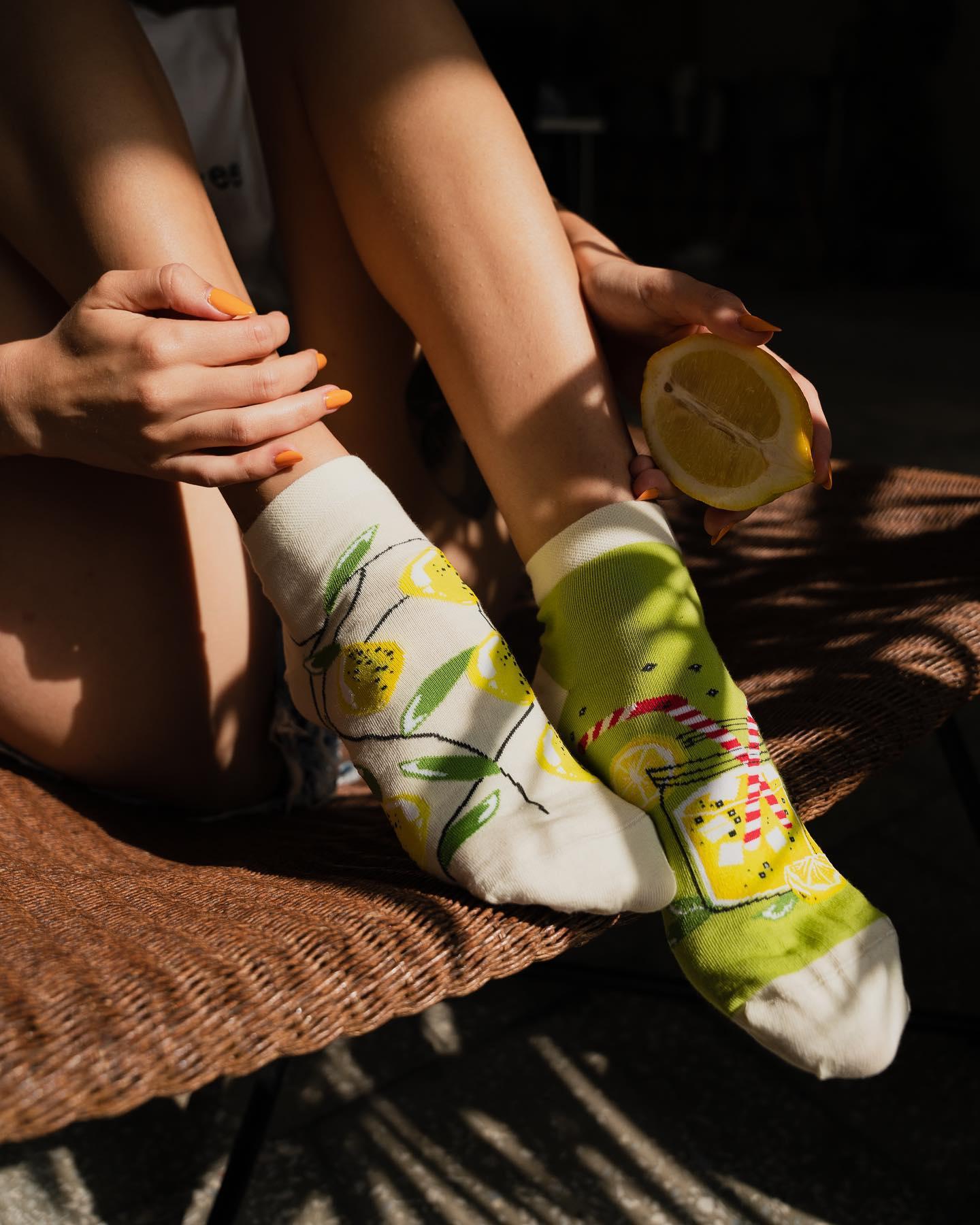 Jak zatrzymać lato na dłużej? I jak pomyślimy, że całkiem niedaleko nas nadal jest bardzo ciepło, to mamy ochotę spakować walizki i wyjechać w tym kierunku 🙃 . . . . #socks #mismatchedsocks #mismatched #lemoniada #cytryny #lemonade #girl #sunny #relax #nogi #instamood #latowróć