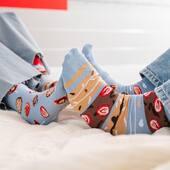Właśnie zwolniliśmy tempo i mamy zamiar cieszyć się tym weekendem - tak po prostu 🙌🏻 . . . . #skarpetkimore #moresocks #morefashion #niedopary #mismatchedsocks #mismatched #truskawki #strawberries #para #couple #sobota #saturday #weekend #razemnajlepiej #chillout #stopy #feet