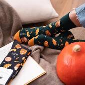 Jesień za oknem i na stopach 🍂 . . . . #moresocks #more #skarpetkimore #mismatchedsocks #niedopary #jesień #autumn #helloautumn #liście #orange #warm